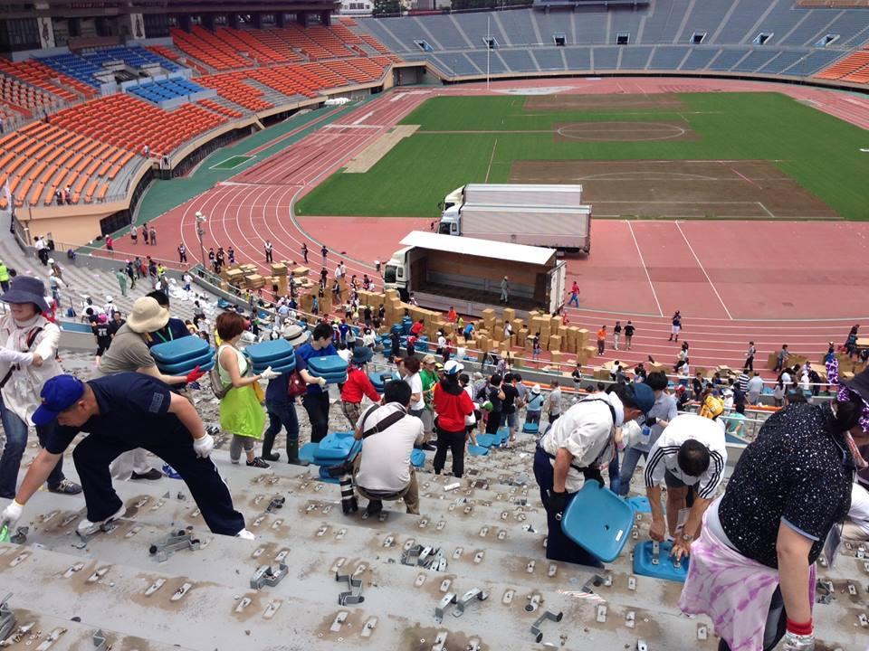 国立競技場の椅子撤去作業にスクラム釜石メンバーが参加